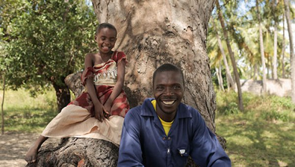 Abdallah and his daughter – FSC Denmark visting Tanzania (© Photographer: Morten Bo Johansson)