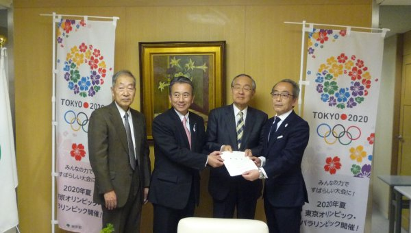 Lobbying for Tokyo 2020 Olympic and Paralympic Games to use FSC-certified materials – Our request was handed to Mr Akiyama, Vice Governor of Tokyo Metropolitan Government. (From right to left: Mr Akiyama; Mr Yokouchi, Governor of Yamanashi Prefecture; Mr Suzuki, Mayor of Hamamatsu City; and Dr Ohta, Chairperson of Japan Forest Stewardship Alliance (FSC Japan). (© FSC Japan)