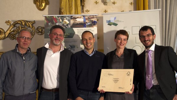 The first winner in the professional category, Laura Modoni – Diego Florian awarded her prize to Laura Modini (FSC Italy), together with the two companies that manufactured the prototype (Duegi Falegnameria and Light Cube). (© FSC Italia)