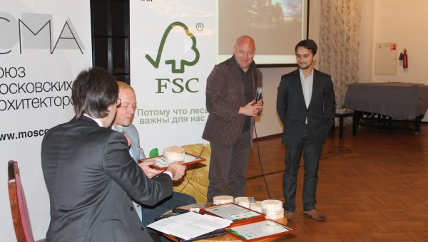 First Russian FSC Green Architecture Award – From left to right: Alexander Andrianov, Development Director of the National Agency for Sustainable Development, Andrei Ptichnikov, Director of FSC Russia, Alexander Glikman, architect at RUZE arch-build Ltd. (© FSC Russia)