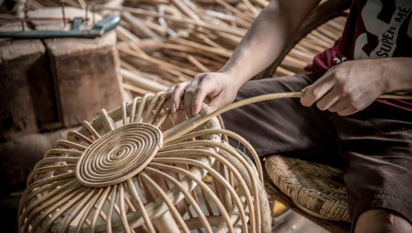 Rattan furniture being made at the Danlao Co. in Laos (© Thippakone Thammavongsa WWF-Laos)